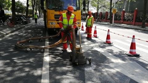 """上海路政将用三个月集中整治道路交通标线的""""旧线泛出"""""""