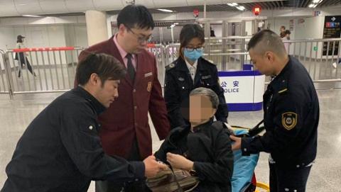 八旬老人地铁站突发疾病 轨交工作人员接力救援