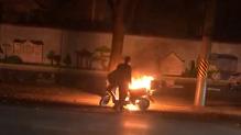 电瓶车小区门口突然起火 公交驾驶员及时扑灭