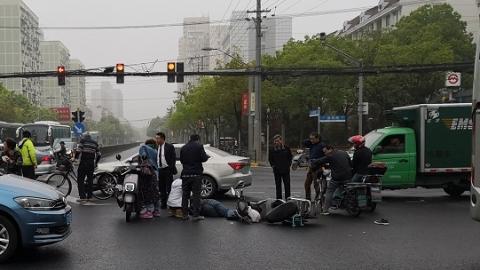 大雾天早高峰:虹口同一路段连发两起交通事故