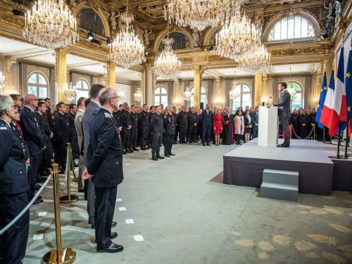 马克龙致谢救火消防员,5年内重建巴黎圣母院