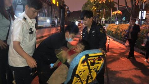 【暖新闻】女乘客车上突发心脏病危在旦夕 三名女公交人沉着应对化险为夷
