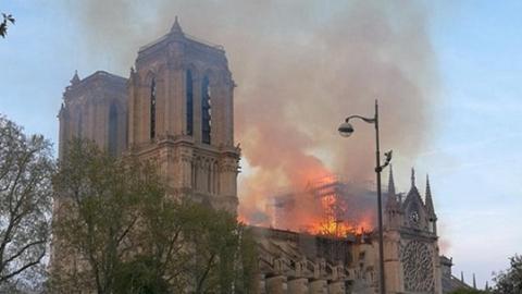 """巴黎再现""""黄背心""""大规模示威并伴随暴力冲突"""