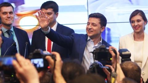 乌克兰大选第二轮投票结束  著名演员泽连斯基成功上位  现任总统波罗申科承认败选