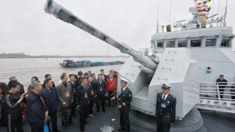 上军舰啦!庆祝海军成立70周年军营开放日 上海企业家进军营登舰艇,近距离了解人民海军新面貌、新成就