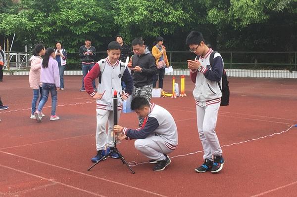 """趁春光大好 徐汇区中小学生举行了一场""""飞行大赛"""""""