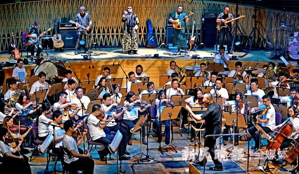 谭盾在指挥上海交响乐团和杭盖乐队-郭新洋_副本.jpg