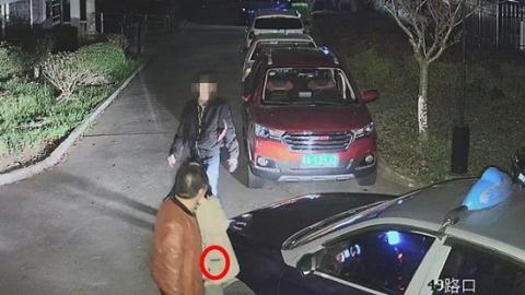 出租车司机与男子起争执 竟偷劝架乘客手机泄愤