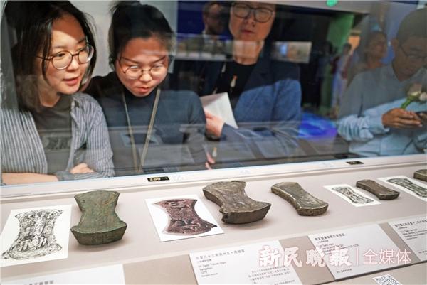 """观众在观赏""""熠熠千年:中国货币史中的白银""""展-郭新洋.jpg"""