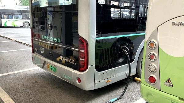 上海每天为几千辆新能源公交车充电,背后有大学问(曹刚 摄).jpg