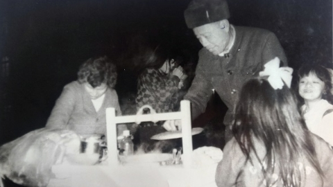 邻距离|晒晒我家老照片:30年前路边小吃摊 别有一番难忘味道