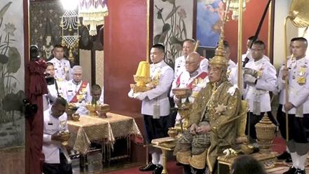 泰国国王戴7.3公斤王冠加冕 典礼将持续3天