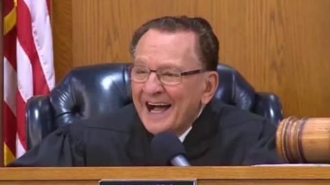 90岁老爷爷载爱妻去医院不小心超速 法官竟如此判决 被赞成网红!