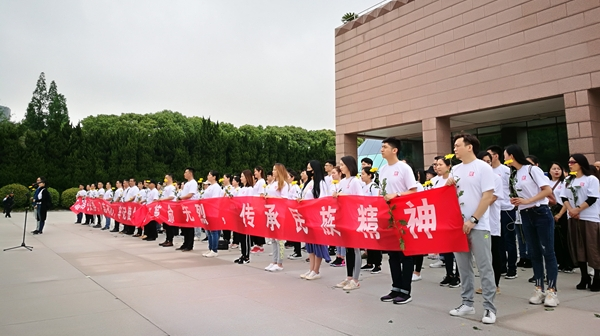 十二艺节|演出前,《英·雄》剧组来到龙华烈士陵园祭扫先烈