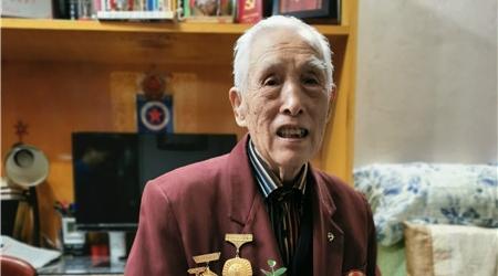 著名篮球裁判王长安今天90寿辰 众学生登门拜寿