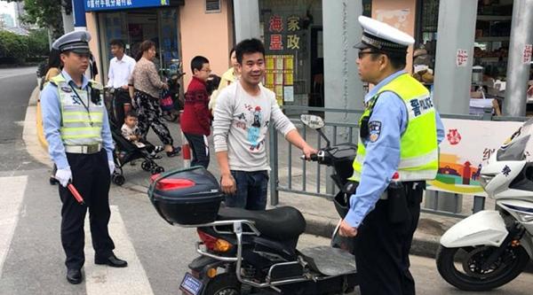 电动车借用机动车道绕行障碍物为何被罚?上海警方再次全警整治非机动车、行人交通违法