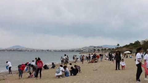 看!这群中国人让希腊海滩变得更美