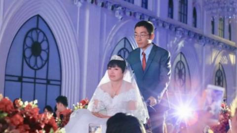 """崇明""""企鹅病""""姑娘圆了婚礼梦  """"樱为有你·爱在中兴""""集体婚典今天举行"""
