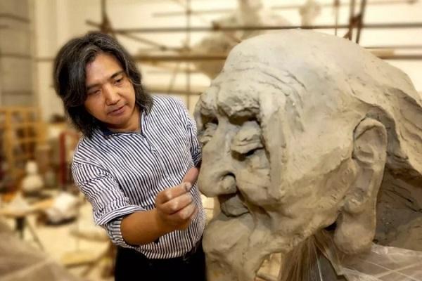 创作中的中国美术馆馆长吴为山.jpg