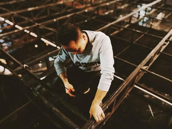 徐先根在《追梦云天》舞台上装架子.jpg