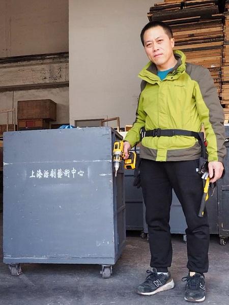 徐先根和他的箱子 旧照.jpg