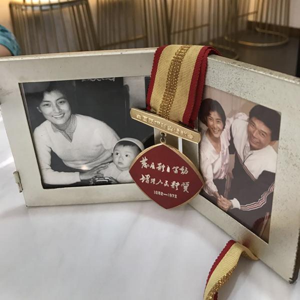 蔡国强的奖牌放在家中显眼位置_副本.jpg