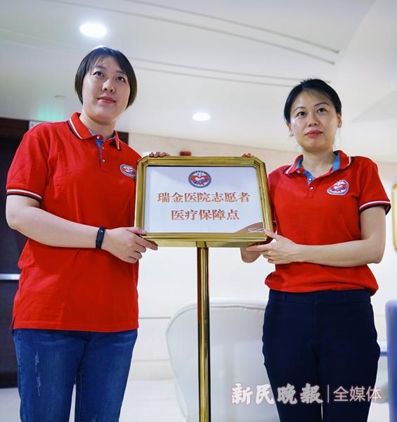 医生江佩瑜和护士饶伦(右)-郭新洋.jpg