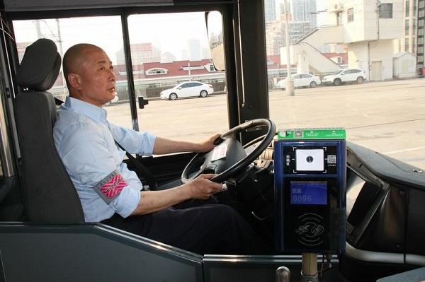 """杨路用近40年时间诠释,什么叫作""""时时处处为乘客着想""""(冯联清 摄).jpg"""