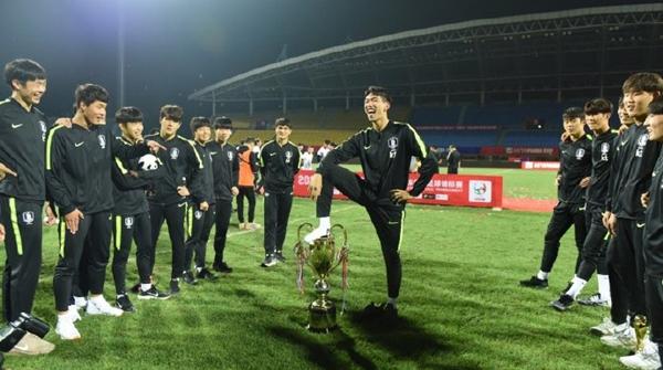 得意忘形?熊猫杯夺冠后居然侮辱奖杯,韩国国青队今晨公开道歉