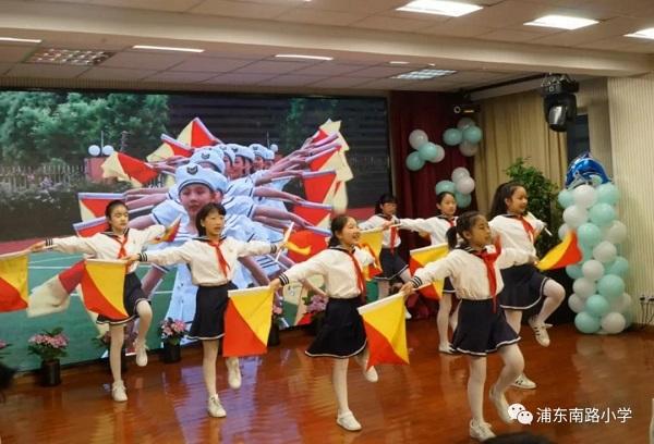 浦东南路小学——学生精彩的旗语操表演《小海鹰之歌》.jpg