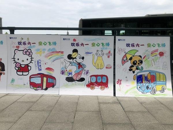 小画家画出心中最美的公交车形象(车队供图)2.jpg