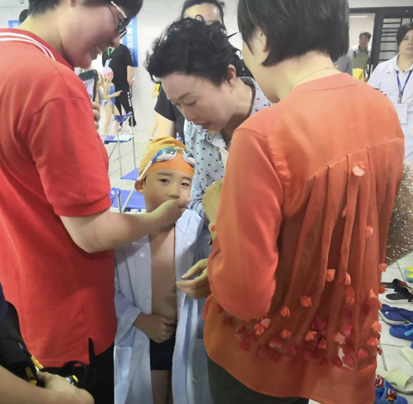 """世界冠军的宝宝也来参赛!第32届上海市""""六一娃娃游泳比赛""""举行"""