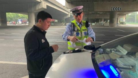 """整治非机动车、行人交通违法 上海警方周末""""标配""""给恶习敲响警钟"""