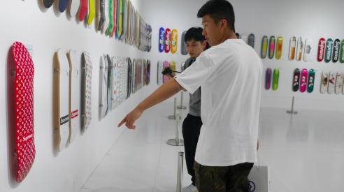 80万美元!00后华裔少年不买超跑买滑板?千禧一代的收藏选择值不值?