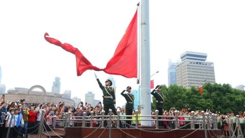 """上海政协委员一份提案促成大号""""无缝国旗""""研制"""