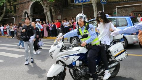 """""""铁骑""""飞驰助力高考学子准时入场 上海警方提高勤务等级应对""""端午+高考"""""""