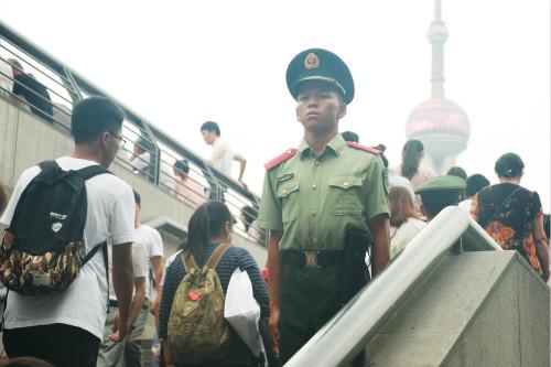 端午首日,上海各大旅游景区迎来大客流,数百名官兵全时值守护航