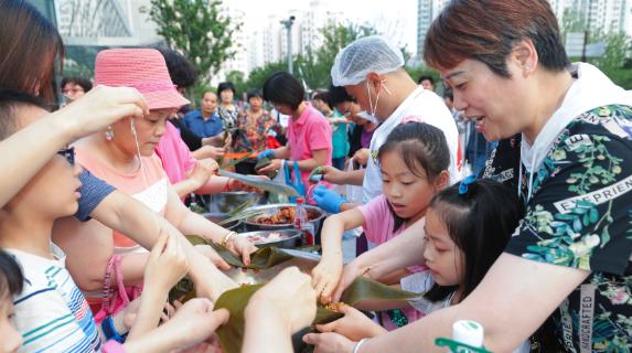 8个人1小时包出1467个粽子!这项世界纪录昨天被上海粽子店破了