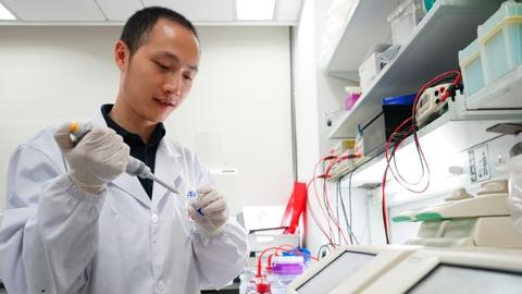 不仅是DNA,基因编辑脱靶还会造成RNA突变!好在上海科学家让单碱基编辑器升级了