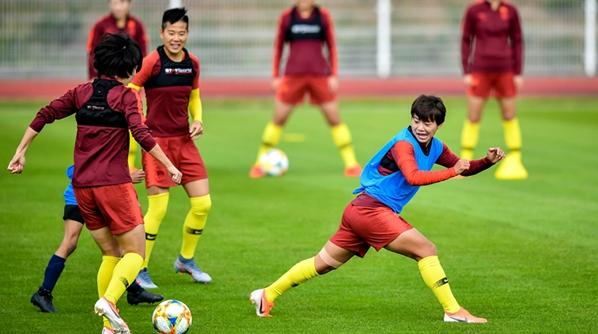 中国女足巴黎首练破不和传闻,王霜:贾导的付出我们都记在心上