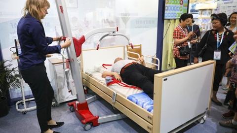 """2019上海国际""""老博会""""今举行 躺卧洗发机、床椅一体化机器人、髋部安全气囊,来了解一下"""