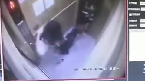 """大黑犬进电梯""""兴奋""""过度 咬伤1岁男童手臂留下深深牙痕"""