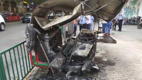 浦东新区一移动餐车突然自燃 被火烧到只剩铁架