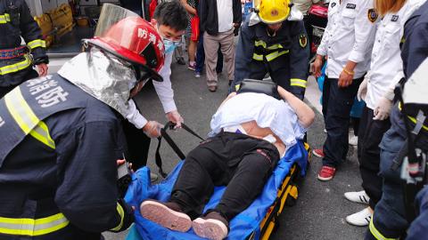 """尴尬了!老人重超300斤急救人员抬不动 5名消防员来""""增援"""""""