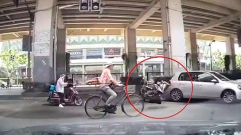 西江湾路电瓶车撞车摔倒 骑车人被压住