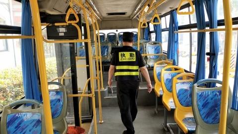 安检员公交车内捡到上万元 根据身份信息连夜完璧归赵