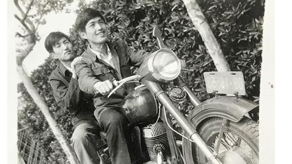 邻距离|晒晒我家老照片:摩托车上的青春梦
