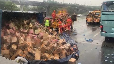 突发!外环高速北翟立交段一货车载25吨饮料倾翻 后方道路拥堵