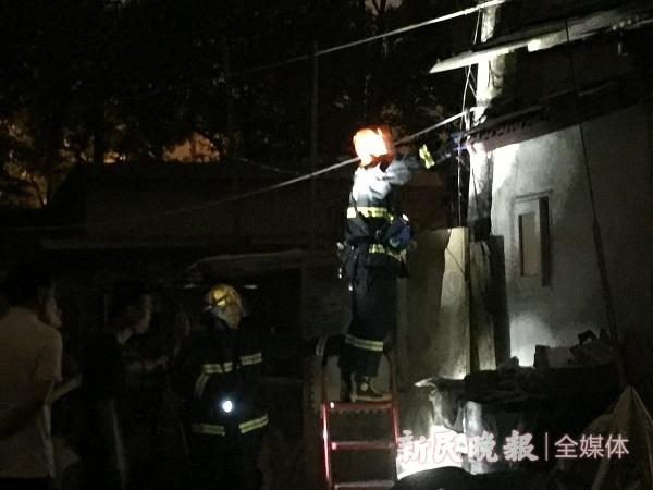 消防队员上门捣毁蜂巢.jpg