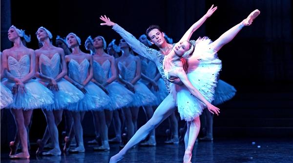 """巴黎歌剧院芭蕾舞团今晚登场,看他们跳《天鹅湖》让你""""一秒入戏"""""""